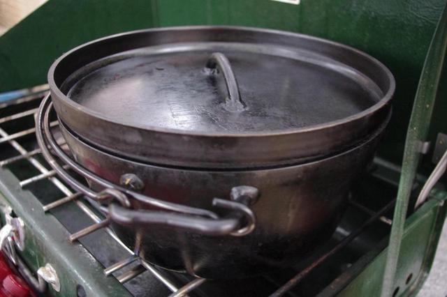 画像: まずは調理器具のダッチオーブンを揃えよう。おすすめはやはり洗って使えるユニフレーム(UNIFLAME)製の10インチタイプ。