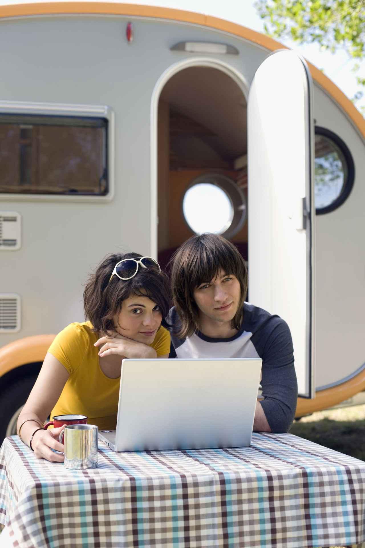 画像: テレワークキャンプでの気になるポイント2:電源が確保できるキャンプ場を選ぶ!