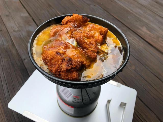 画像: 筆者撮影 ミニフライパンを使って、チキンカツ丼を作りました。バーナーはSOTO:ウインドマスターを使用