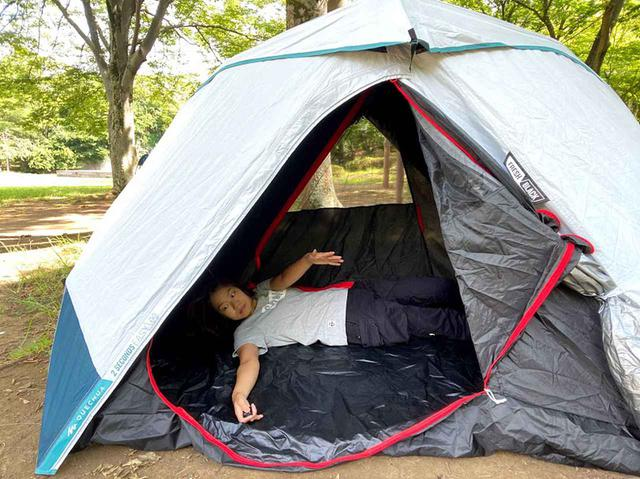 画像: 女性一人でも一瞬で簡単設営できる! デカトロン・QUECHUAケシュアのワンタッチテント「2SECONDS EASY」を公園で張ってみた - ハピキャン(HAPPY CAMPER)