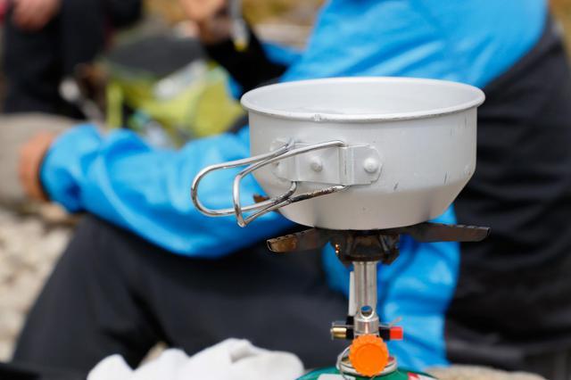画像: 使いたいときにサッと取り出して使える! カセットガス式のストーブがとても便利!