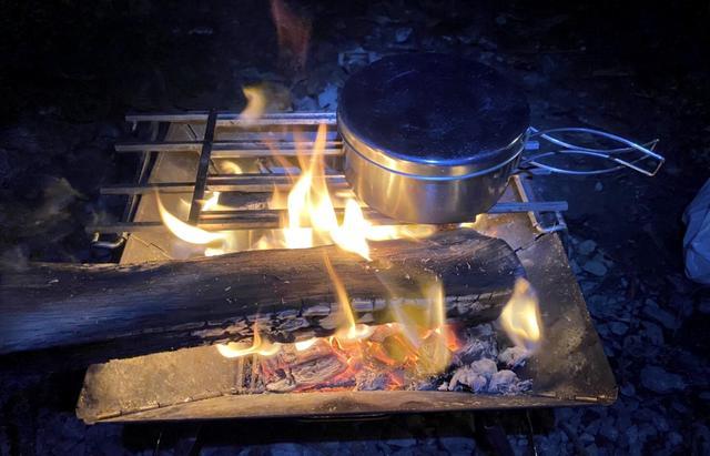 画像: 筆者撮影 焚き火台からはみ出る大きい薪があっても大丈夫◎