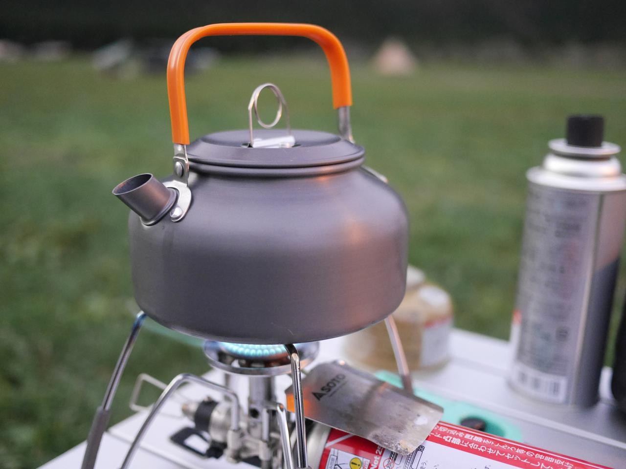 画像: ケトルで沸かしたお湯をバケツに入れるだけの簡単自作足湯! 温泉スタンドを利用するのもおすすめ