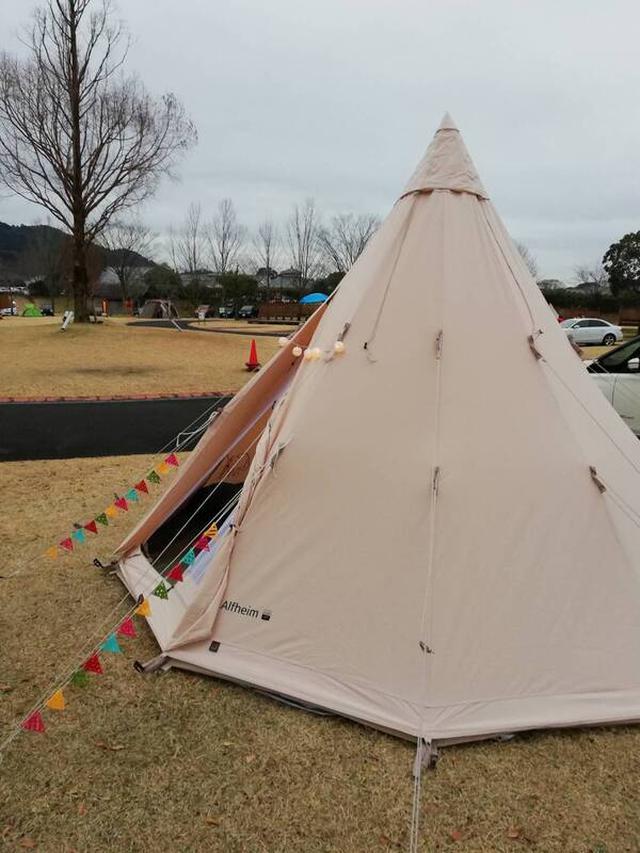 画像: ワンポールテントは、1本のポールで支えるテント アメリカの先住民が使っていたティピーに似ている?