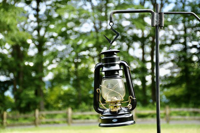 画像: ランタンスタンドはテントサイト全体を照らす重要アイテム!単にランタンを吊るす以外の使い方も多数