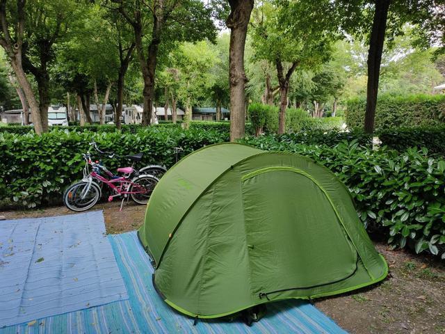 画像: ツーセカンズシリーズのテントは一瞬で設営完了 ※ブルーのシートは関係ありません (筆者撮影)