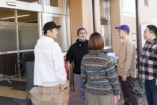 画像: スーパー・マスダ湖北店の前でメニュー決め作戦会議 (photographer 吉田 達史)