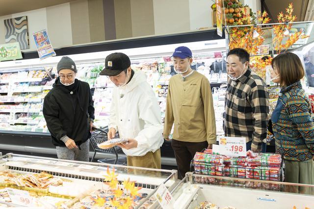 画像: スーパー内で食材を物色中 (photographer 吉田 達史)