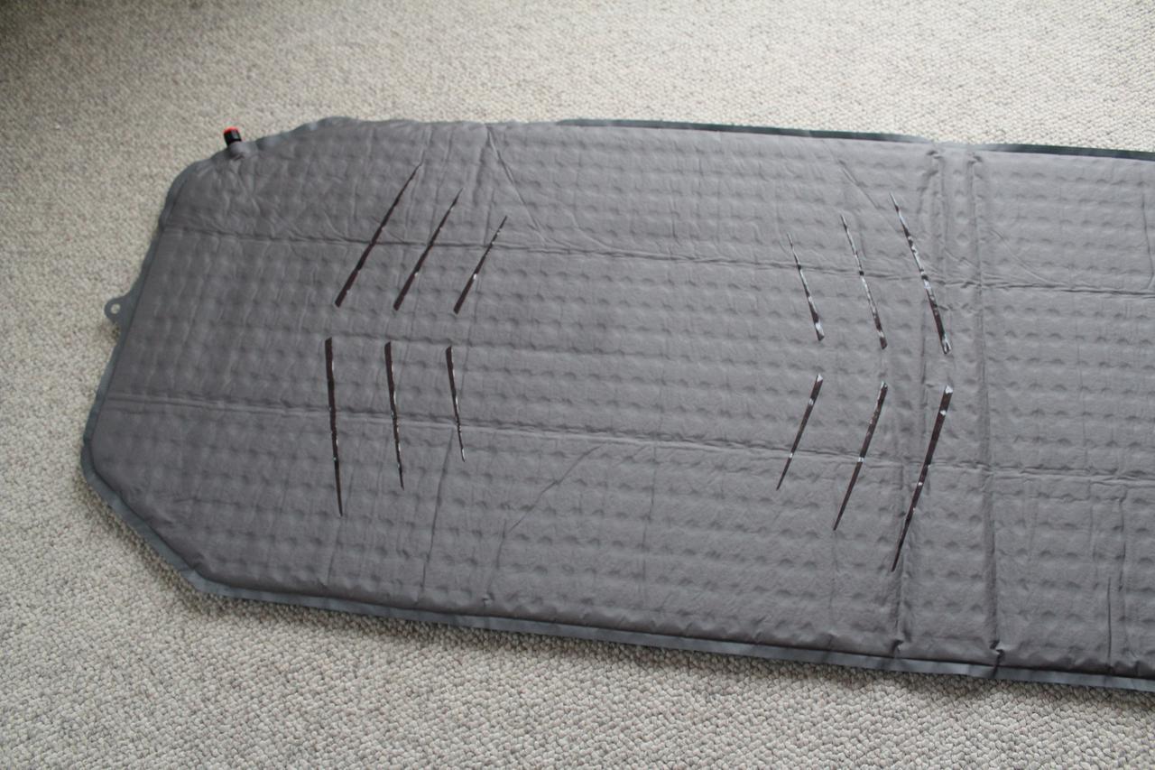 画像: 編集部・てい撮影「裏側に滑り止めがついているので、寝ている間にずれることもありません」