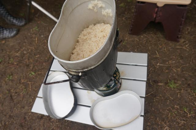 画像: 筆者撮影「アルミロールテーブルで飯盒炊さん」