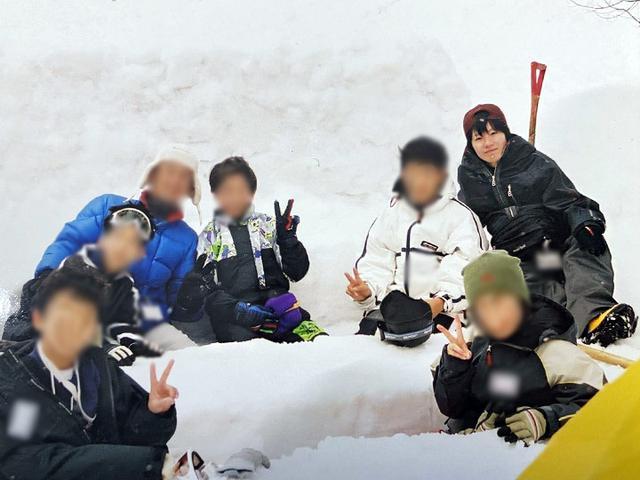 画像: 筆者撮影 イグルーの横に雪で作ったダイニングでくつろぐ