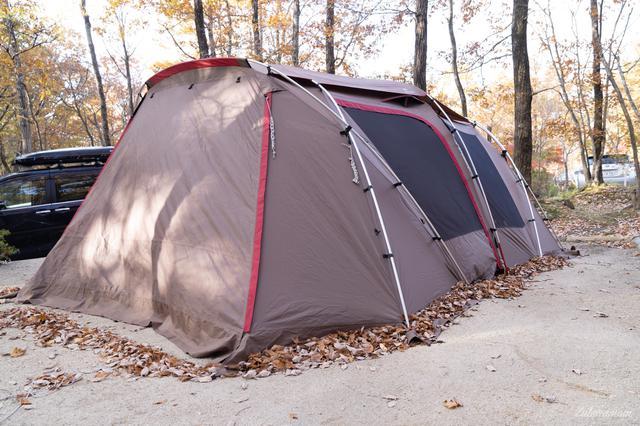 画像: 筆者撮影 テントの裾に風に吹かれた葉っぱがたくさん集まっていますが、スカートがあるおかげで風も葉っぱも侵入しません。