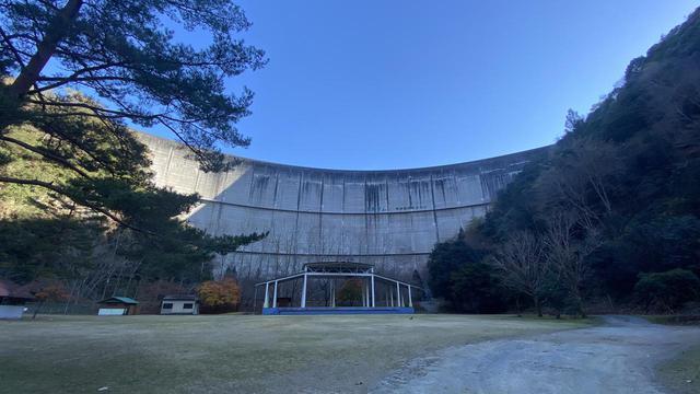 画像: 筆者撮影 下北山スポーツ公園キャンプ場 正面の壁がダムの堰堤