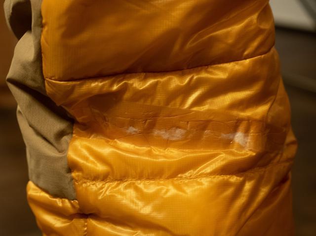 画像: 筆者撮影  穴を開けてしまったダウンパンツをセロハンテープで応急処置