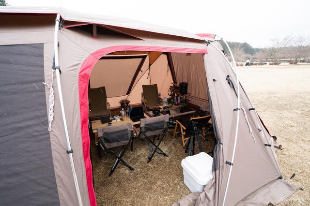 画像: 筆者撮影 雪が降ってきたのでテント内でこもって過ごします。