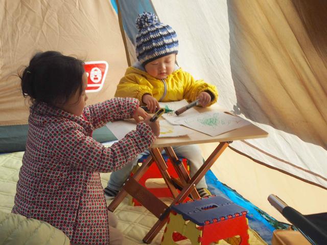 画像: グループキャンプの時には、2ルームをたてて遊び場にするのもオススメ。 https://campeena.com