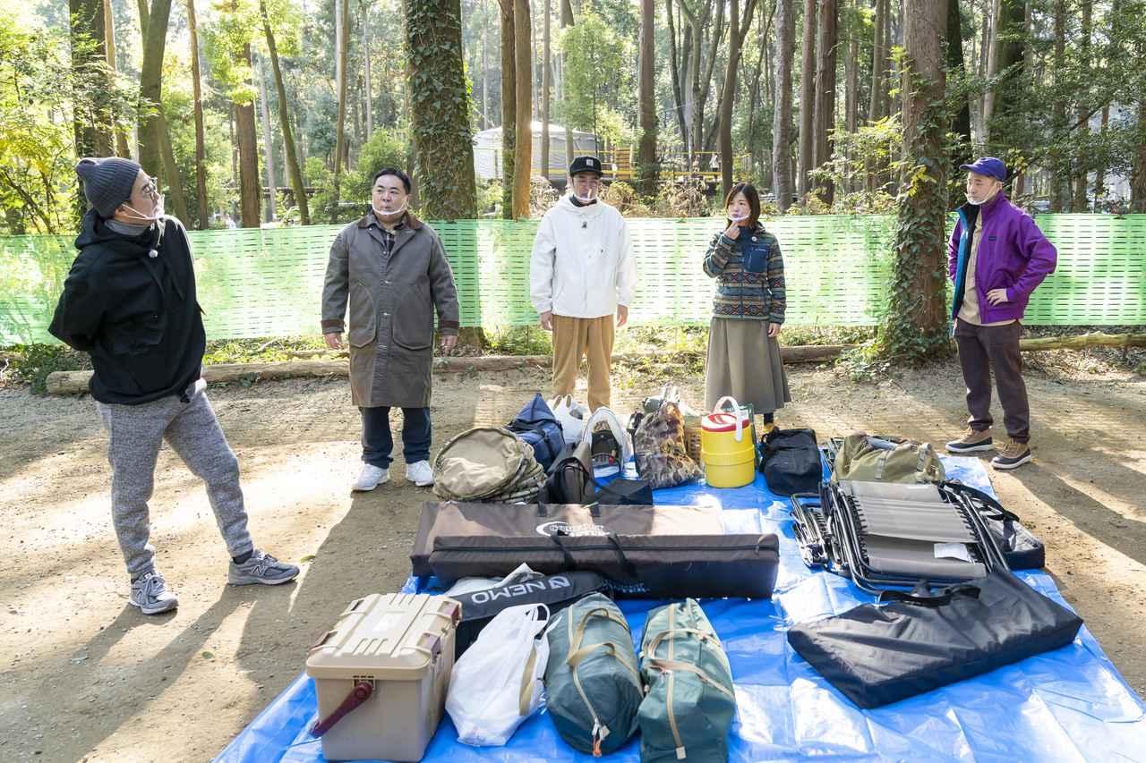 画像: キャンプ道具を下ろし終わって次の作戦に取り掛かる一同 (photographer 吉田 達史)