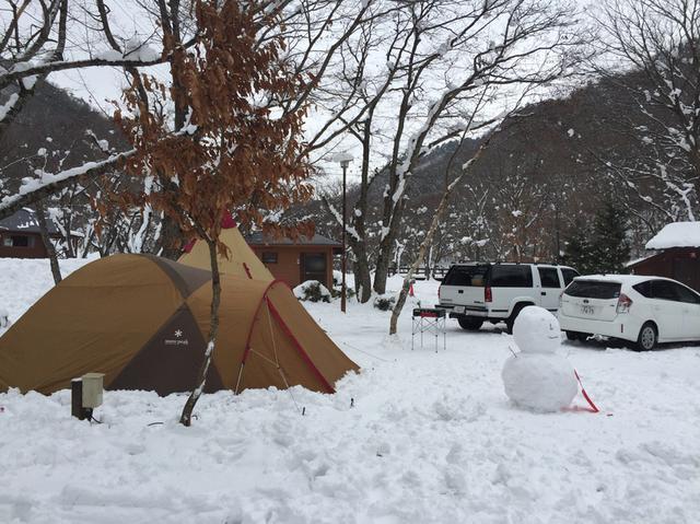 画像: スタイル① 冬キャンプの定番「雪の上にテントを設営」! 圧雪と冷気遮断など防寒対策をすればOK