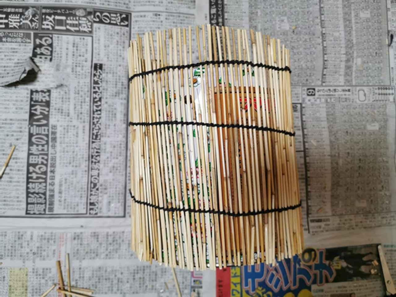 画像: 手順1.蚊取り線香の空き缶にすだれを巻いた様子 (筆者撮影)