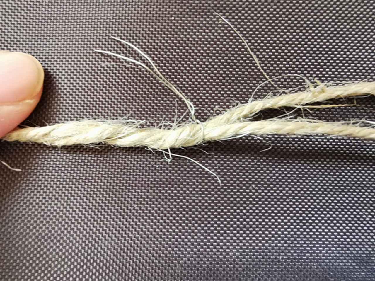 画像: 手順5.短く切った針金で麻ヒモを止める (筆者撮影)
