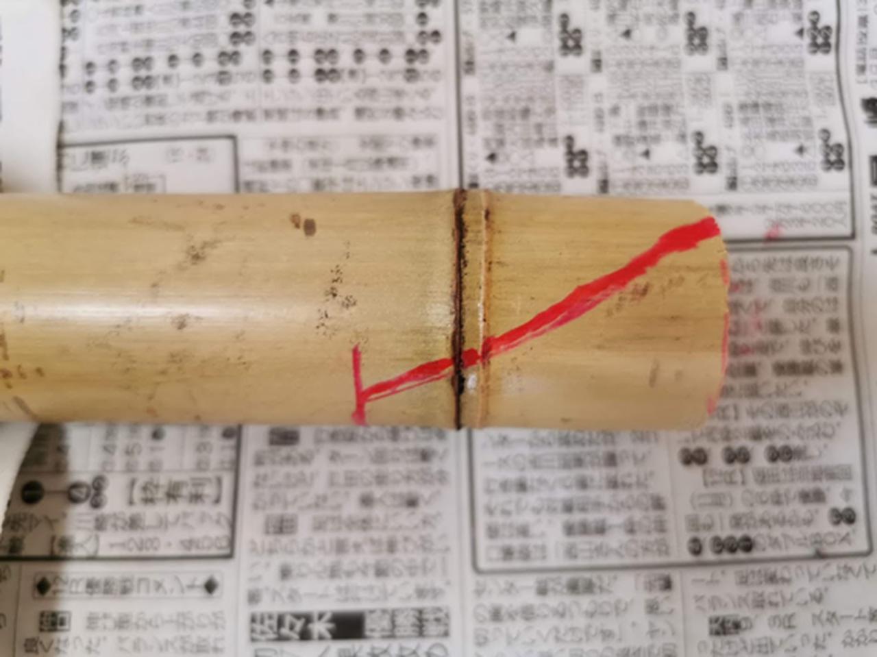 画像: 「そぎ」を作る為、赤ペンで印をつける (筆者撮影)