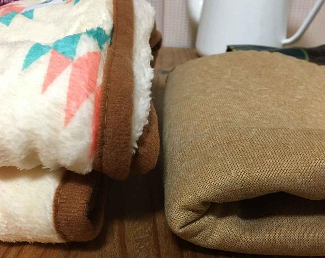 画像: 筆者 過去の福袋のブランケット(右)との厚みの比較