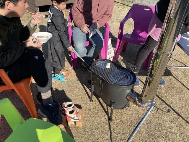 画像: 筆者撮影 ※息子が水遊びをして靴をびしょびしょに濡らしてしまいましたが、この距離に靴を置いて、30分後にはカラカラに乾いていました!