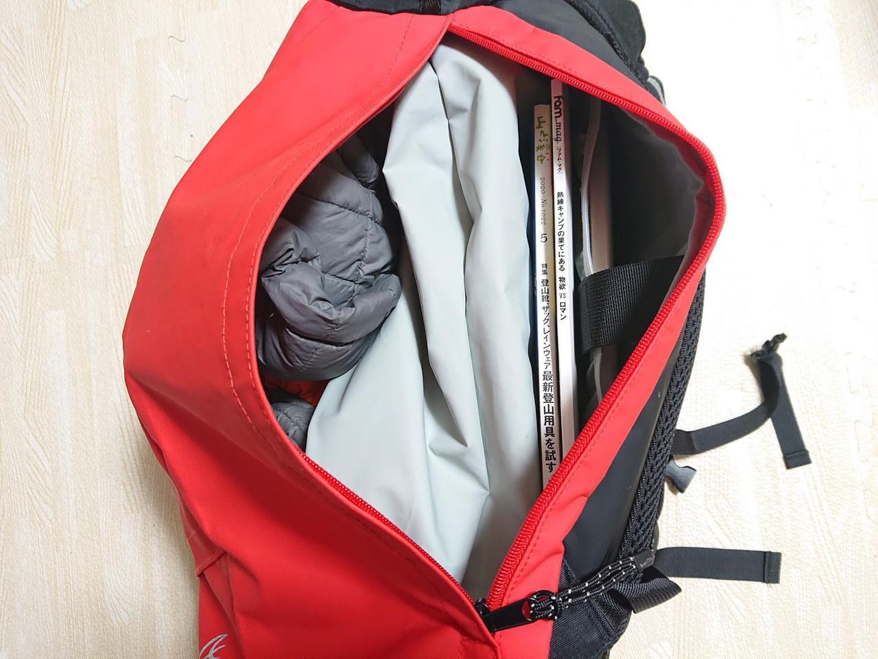 画像: 筆者撮影 防水袋の右側に本とパソコン、左側に衣類などを入れています。