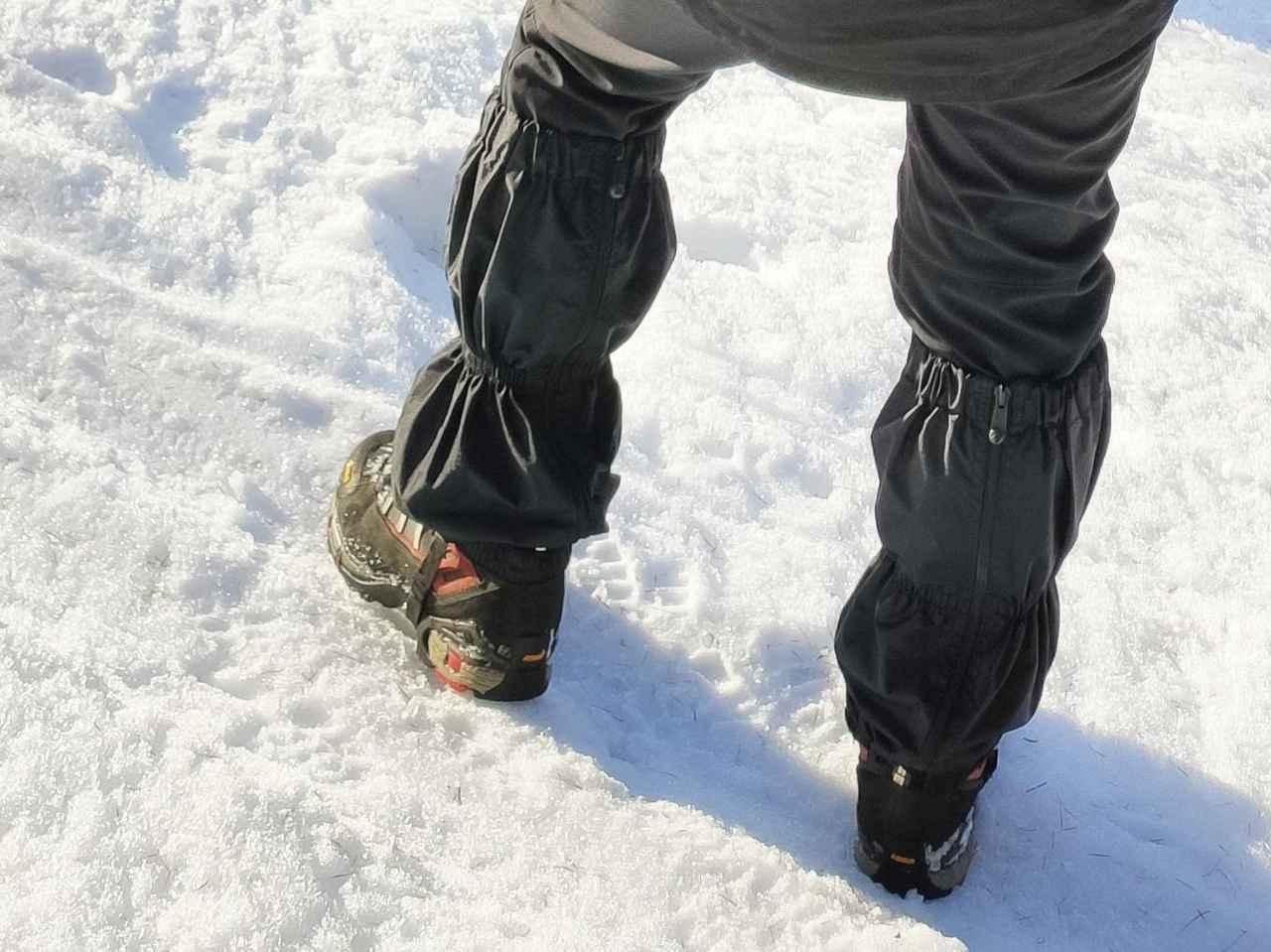 画像: ひざ下に装着するゲイターは上がってこないよう紐を靴の下に通して安定させる (筆者撮影)