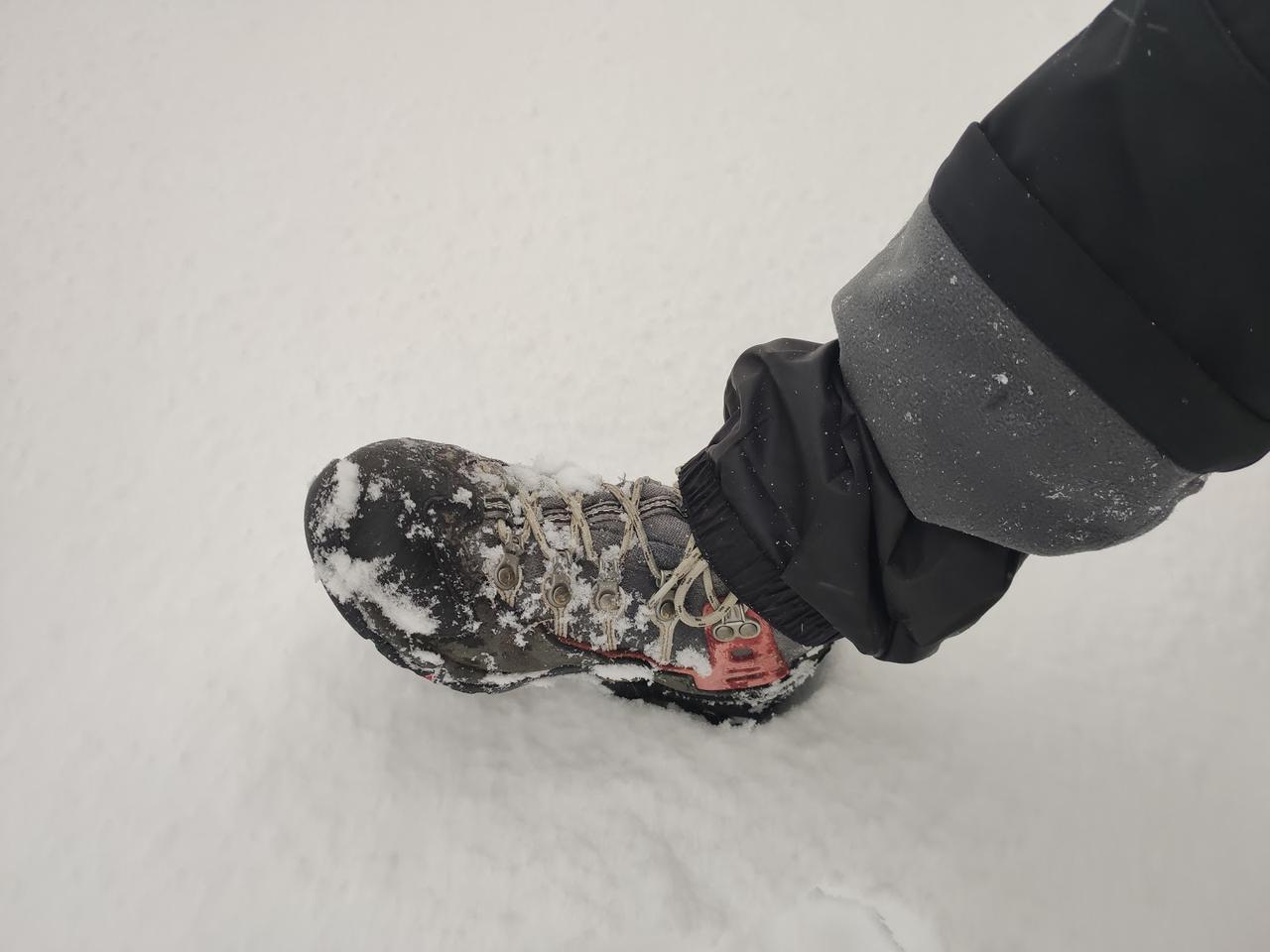 画像: 雪山用パンツのインナースパッツをハイカットの登山靴にぴったりとかぶせれば少量の雪を防げる (筆者撮影)