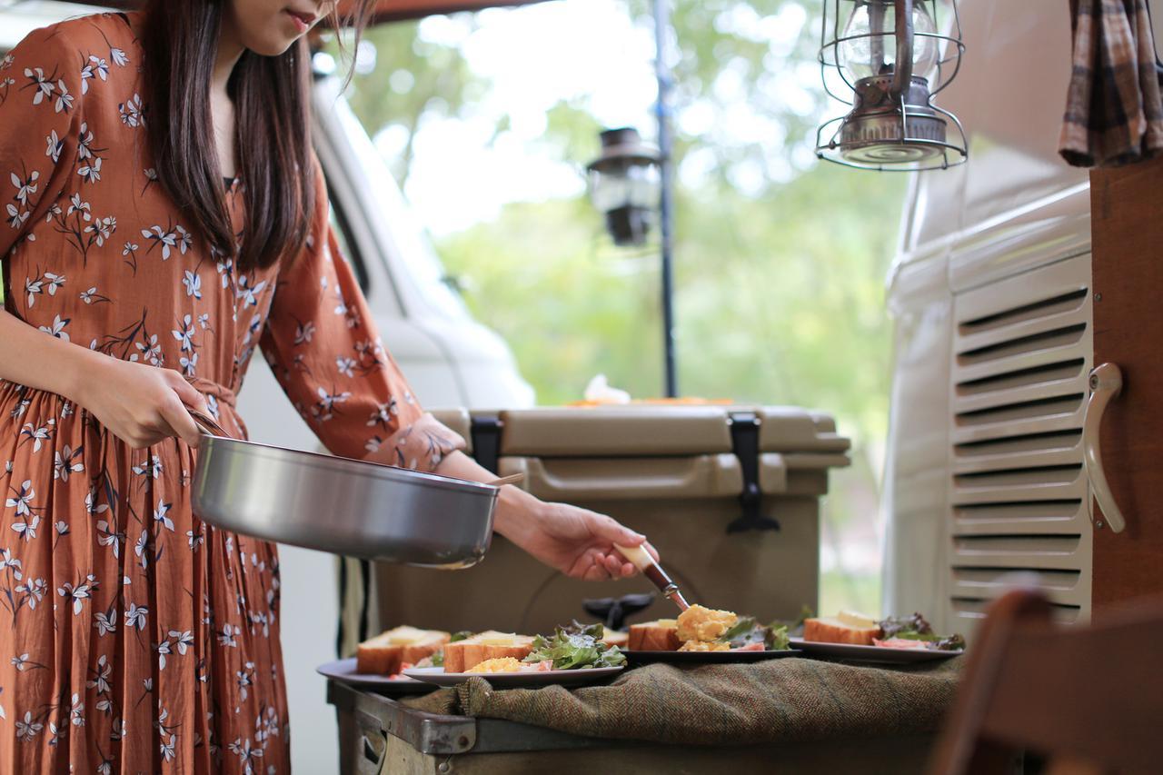 画像: 【キッチンテーブルの役割】立ったまま調理できる高さ&子ども連れでも安心できる便利なアイテム