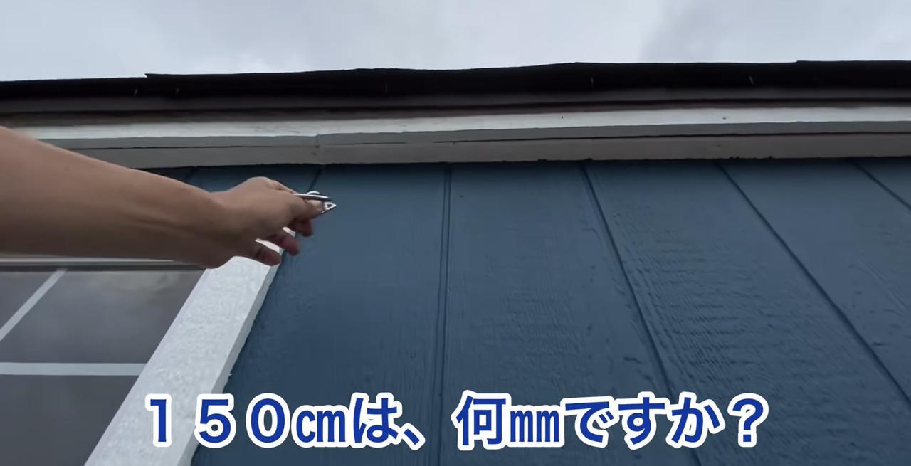 画像: 【タケト家の秘密基地作り#27】より 娘さんとコミュニケーションを取りながら、作業をすすめるタケトさん。