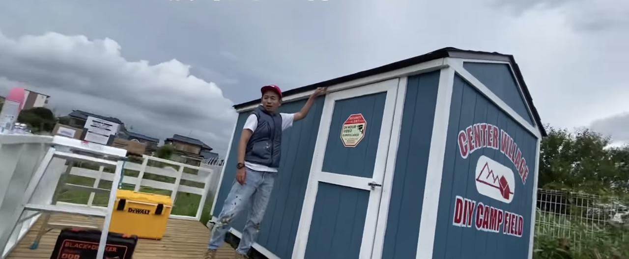画像: 【タケト家の秘密基地作り#27】より タープの取り付け方法を説明するタケトさん