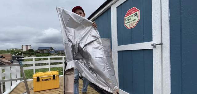 画像: 【タケト家の秘密基地作り#27】より 購入したタープの裏面は断熱素材でした。暑い時期は特に助かります。