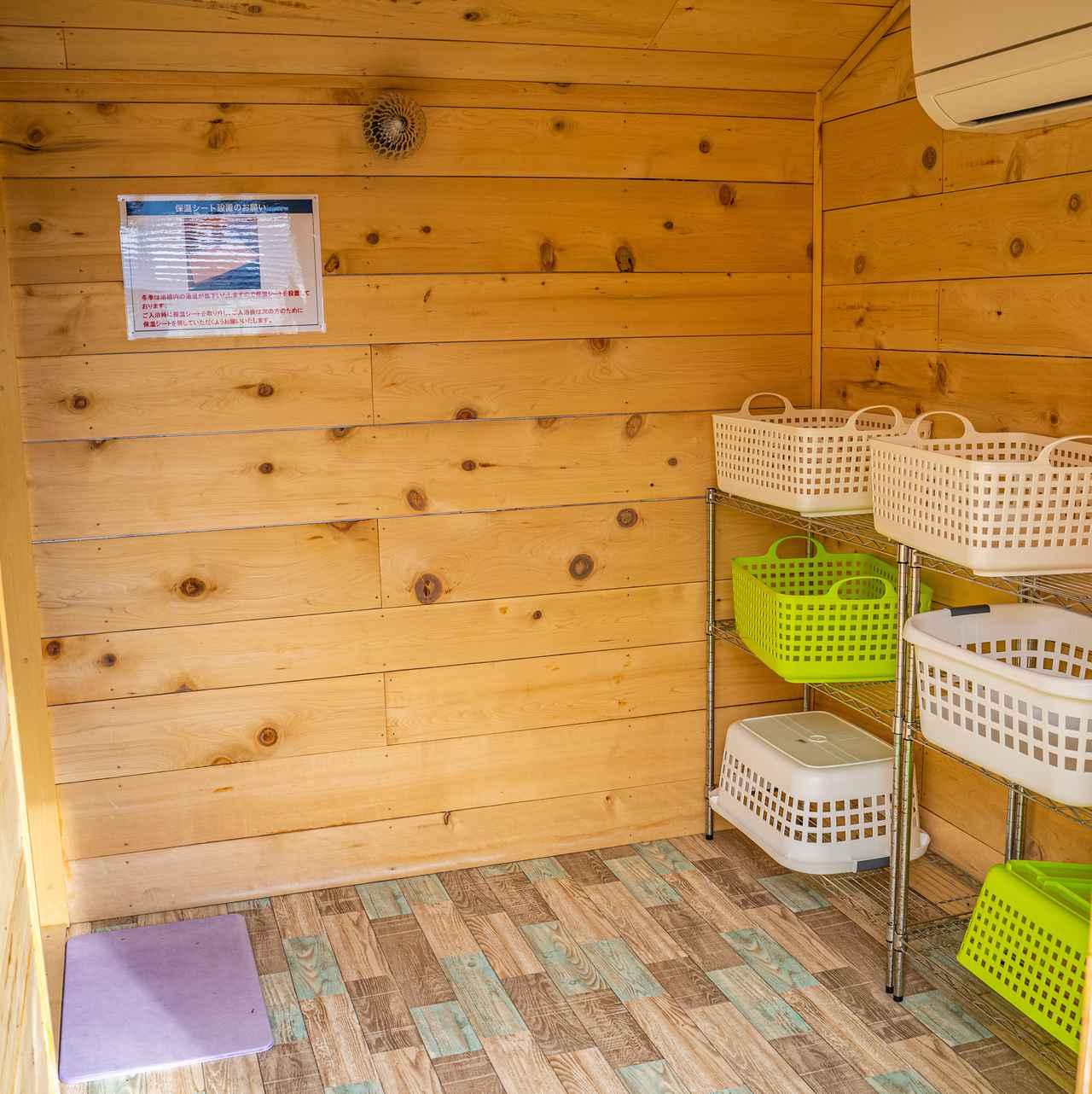 画像: 筆者撮影:やや狭めではありますが、家族風呂は脱衣所もお風呂も屋内です。