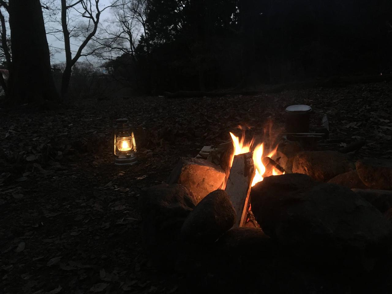 画像: 筆者撮影 この日は結構寒そうだったのもあり、直火で大きめの焚き火を一緒にすることに。(直火が許可されているキャンプ場にて)
