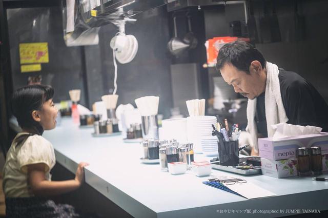 画像: 中華料理店を営んでいた主人公・坂本明夫と幼い時の娘の様子 写真提供:おやじキャンプ飯