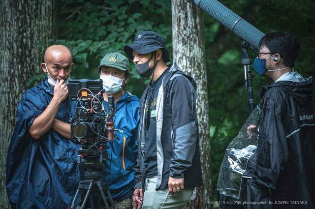 画像: 写真左が馬杉監督。カメラマン、照明など制作メンバーも全員キャンパーかつ優秀な技術者たちを集めてチームを組んだそう。 写真提供:おやじキャンプ飯