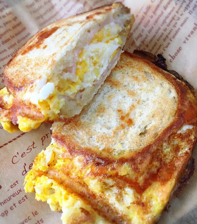 画像: 筆者撮影 定番のちょい足し具材、ハム&チーズをフランスパンで
