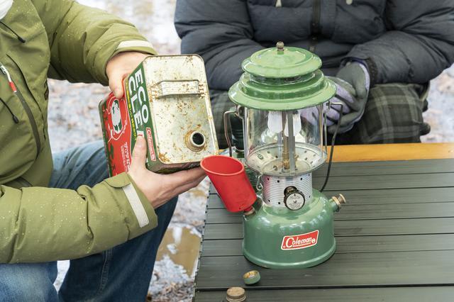画像: photographer 吉田 達史 口を下に向けて給油したくなりますが、これだとガソリンがこぼれちゃいます!