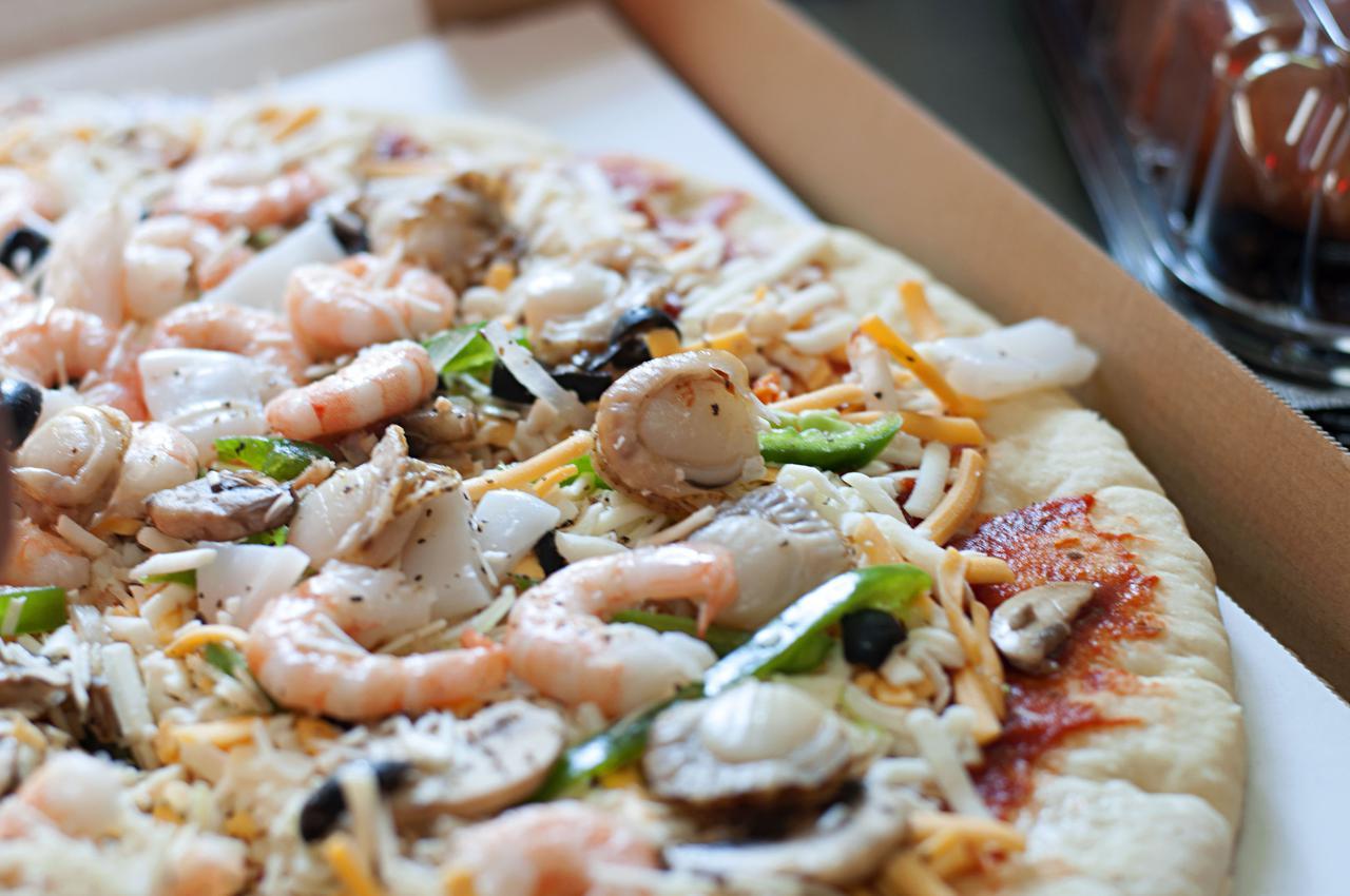 画像: 【ピザを野外で焼く方法】 本格的な設備がなくてもダッチオーブンやフライパンで手軽に作れる!