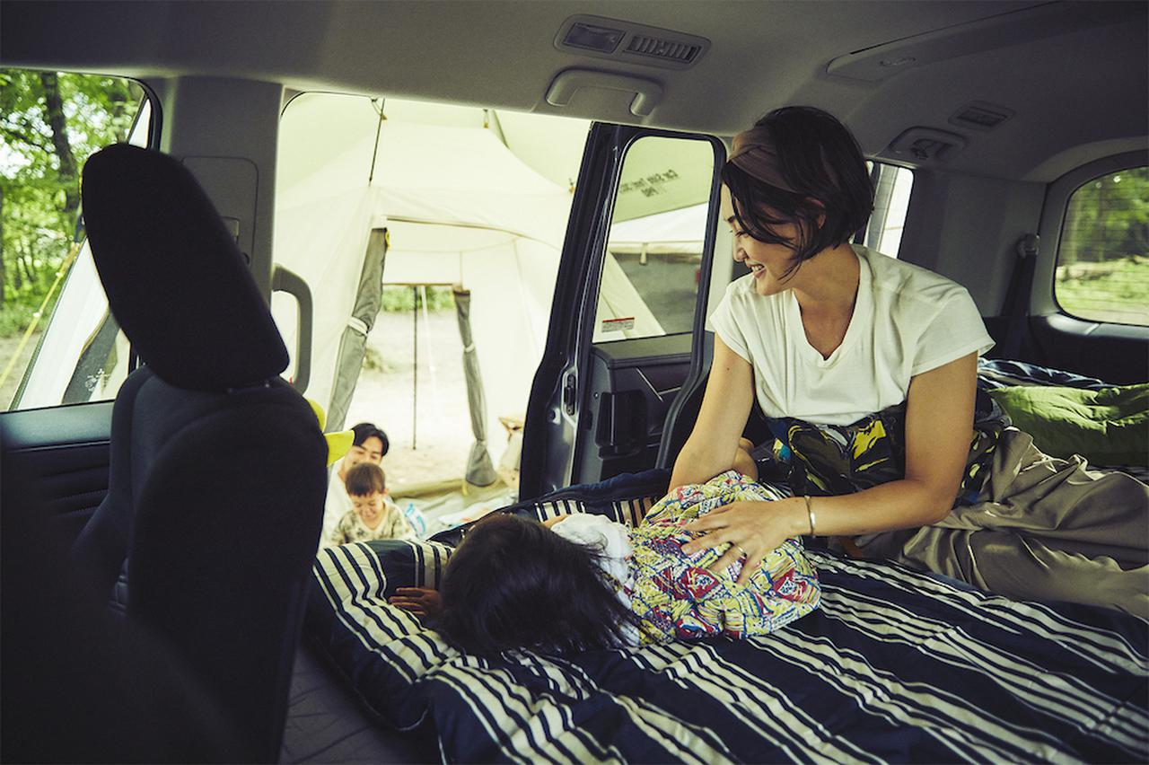 画像: 車内でくつろぐ