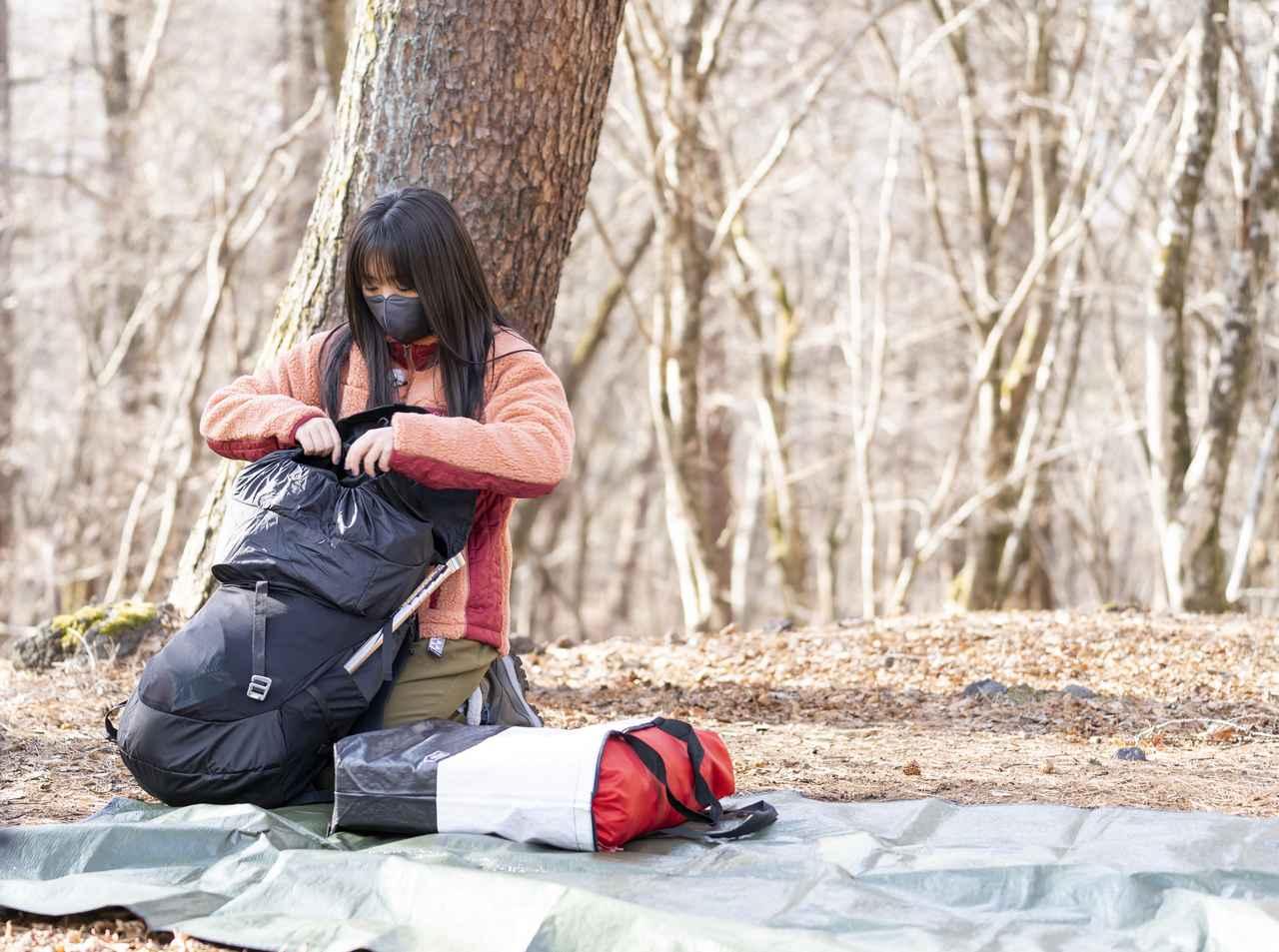 画像: リュックの中身を確認する大原さん (photographer 吉田 達史)