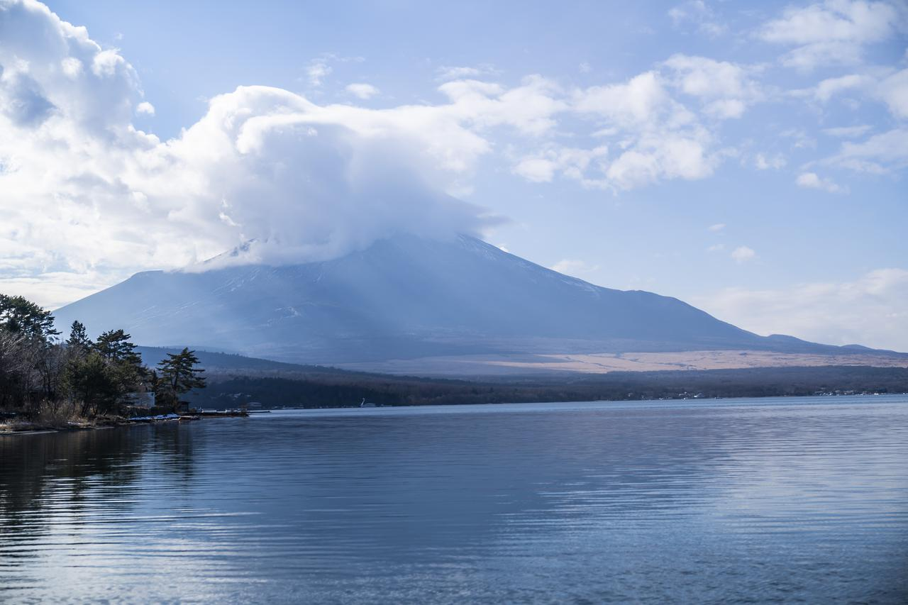 画像: 富士山をバックに美しい山中湖が眺められる (photographer 吉田 達史)