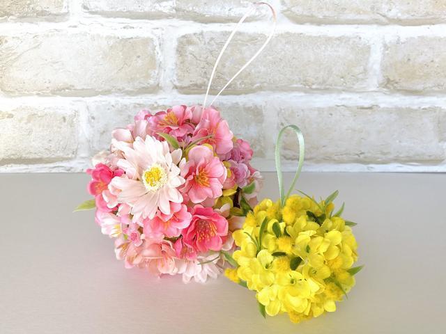 画像: (左)桃と桜の造花で制作/(右)菜の花と残ったミモザの造花で制作 (筆者撮影)
