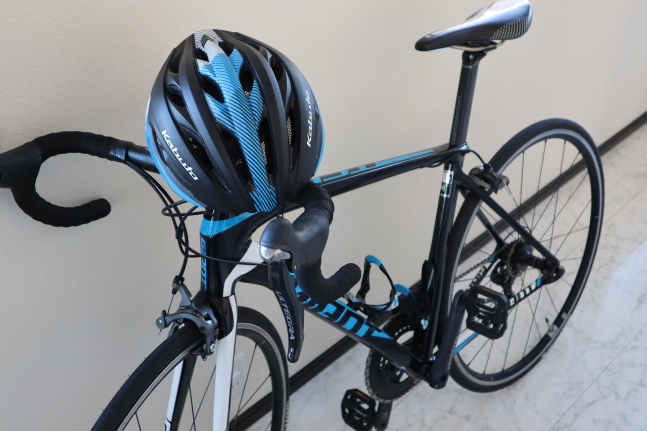 画像: 愛車とKABUTOのヘルメット (筆者撮影)