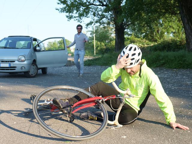画像: 【自転車に乗る時はヘルメット着用を!】特にスピードの出るスポーツバイクでは命を守る必須アイテム