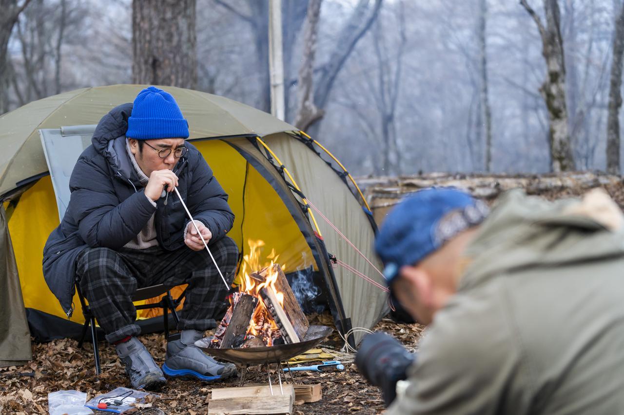 画像: 火吹き棒を吹く小木さんを撮影中の西村さん (photographer 吉田 達史)
