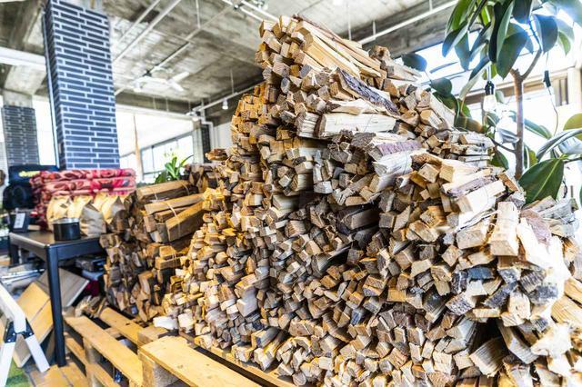 画像: フロントで購入可能な薪 (photographer 吉田 達史)