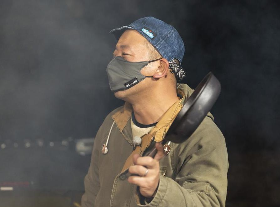 画像: バカ鍋ならぬ「おもいのフライパン」を出す西村さん (photographer 吉田 達史)
